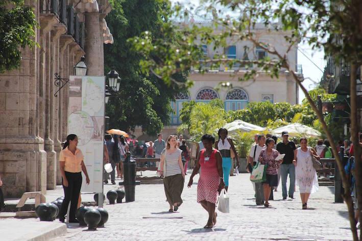 Fortsatt strid strom av turister till grannlandet