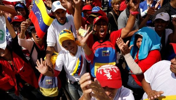 maduro_swearing_in_supporters