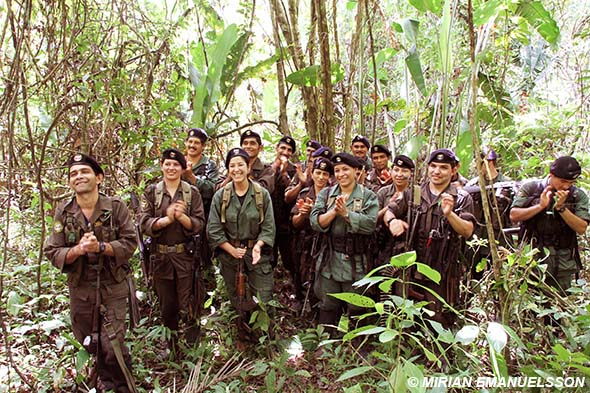 Col_FARC_demobiliserade_applåderar_Kuba